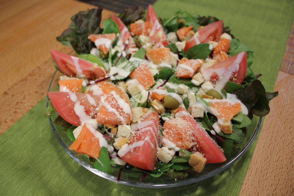 サーモンと野菜たっぷりのシーザーサラダ