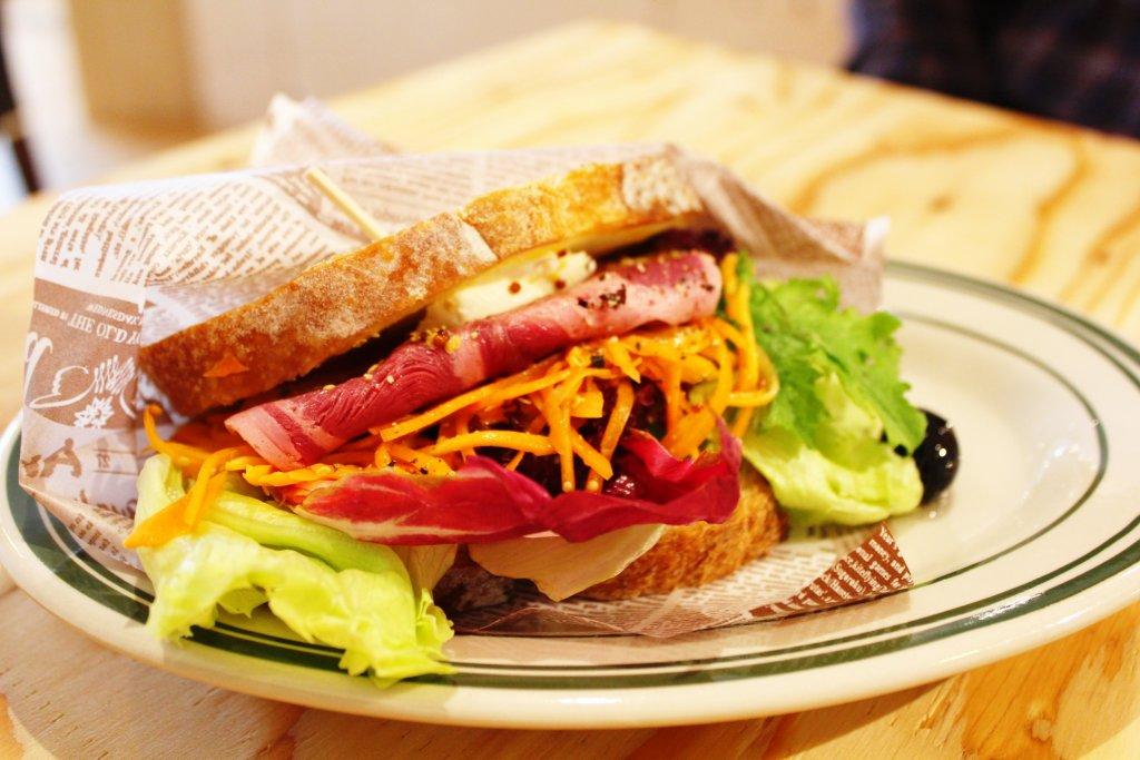 本日のサンドイッチ(猪鹿ハムソーセージの農夫サンドイッチ)